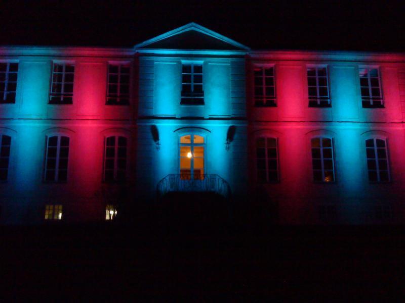 Eclairage de la façade du chateau vaux sur aure avec des projecteurs à LED.