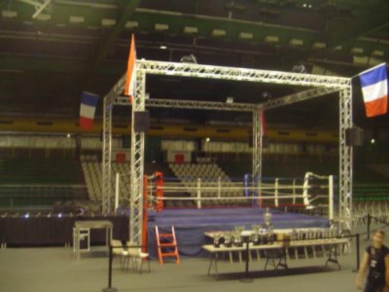 Grill autoporté avec éclairage pour rencontre de boxe.