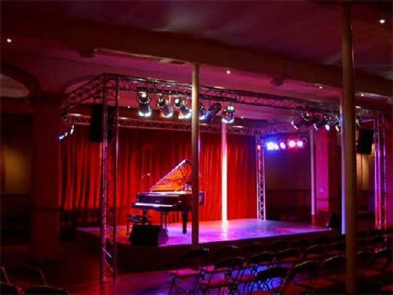 podium concert privé avec sonorisation, éclairage, scène et structure.