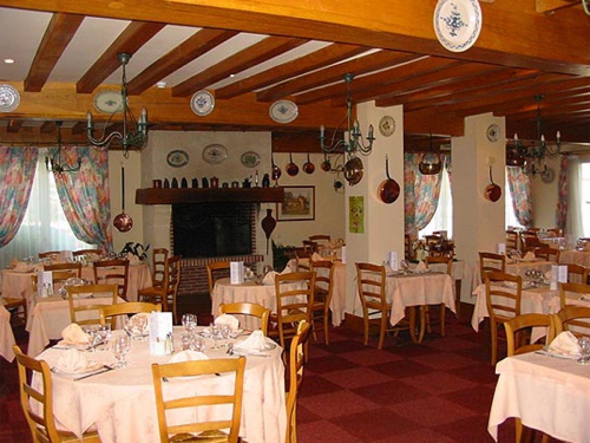 salle de restaurant de l'hôtel restaurant la paix à forges les eaux, logis, 2 cocottes