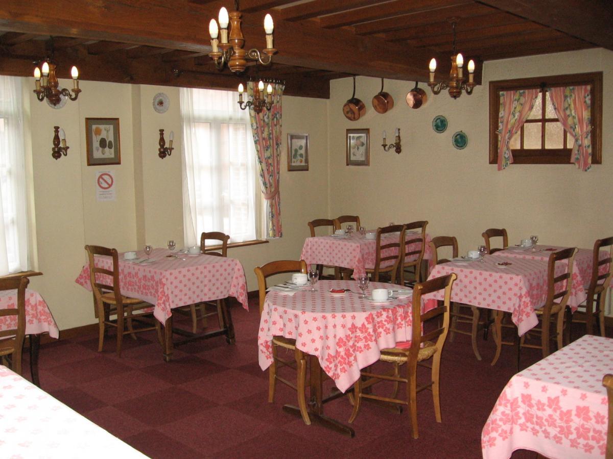 le salon des petits déjeuners de l'hôtel restaurant la paix à forges les eaux, logis, 2 cocottes.  le salon de l'epinay peut accueillir 20 personnes en réunion de travail.