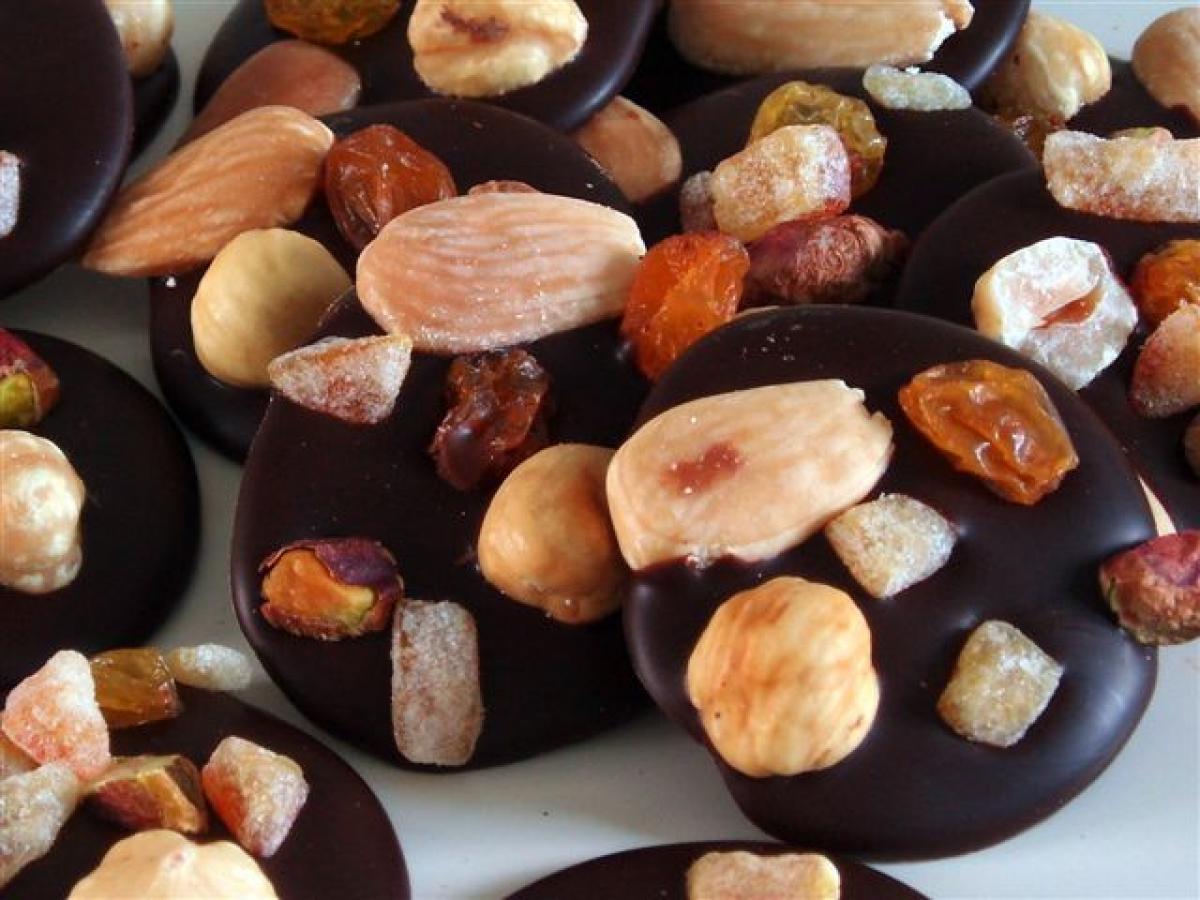 Ces petites bouchées de chocolat au lait ou de chocolat noir parsemées d'éclats de noisette, d'amande, de pistache et d'une écorce d'orange confite vous feront fondre de plaisir.