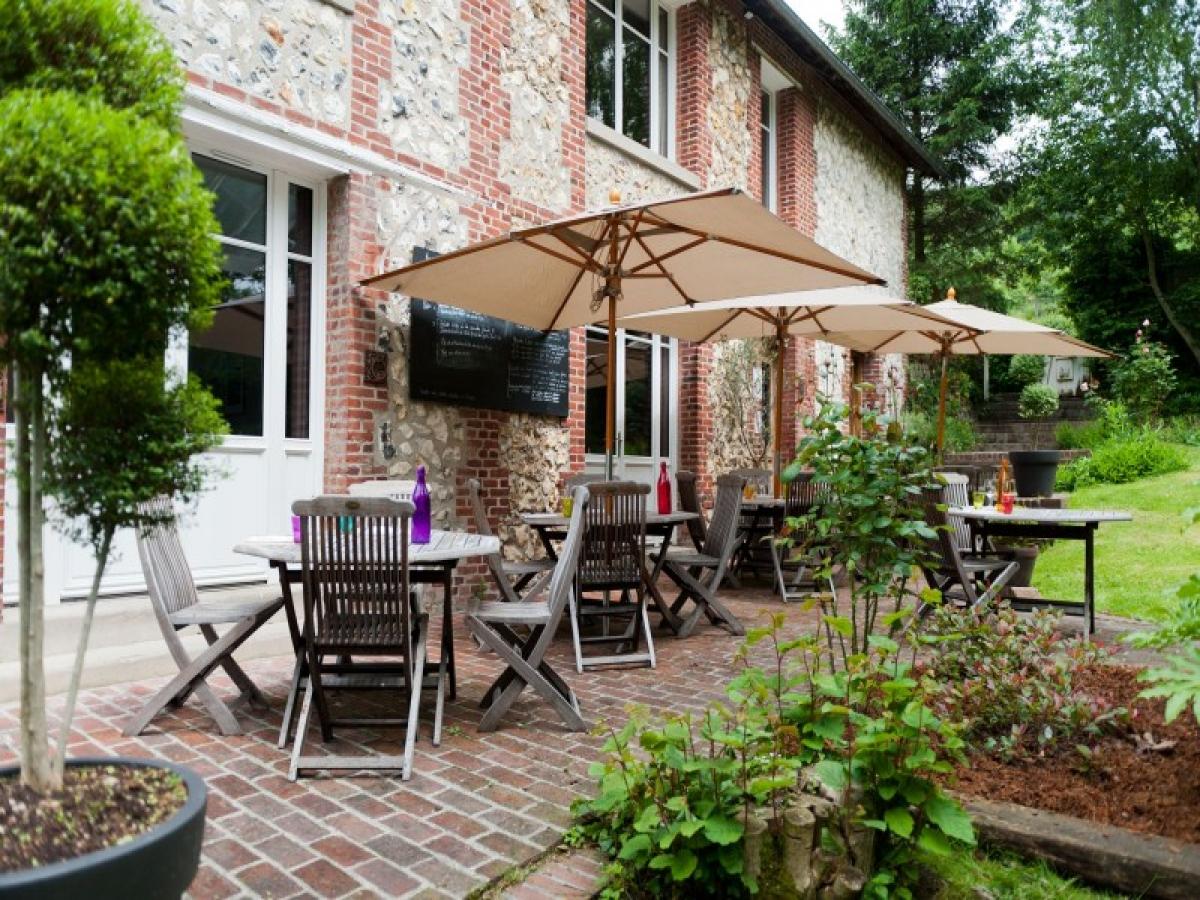 Le jardin et la terrasse de l 39 h tel restaurant la - Restaurant terrasse jardin toulouse le mans ...