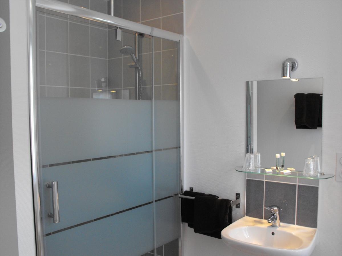 Salle de Bain avec douche de  l'hôtel Au Moyne de Saire