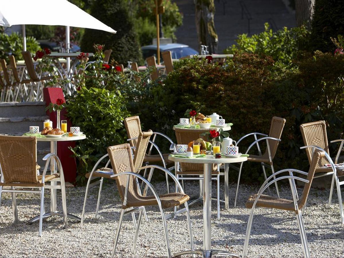 La grande terrasse où l'on peut prendre ses repas durant l'été