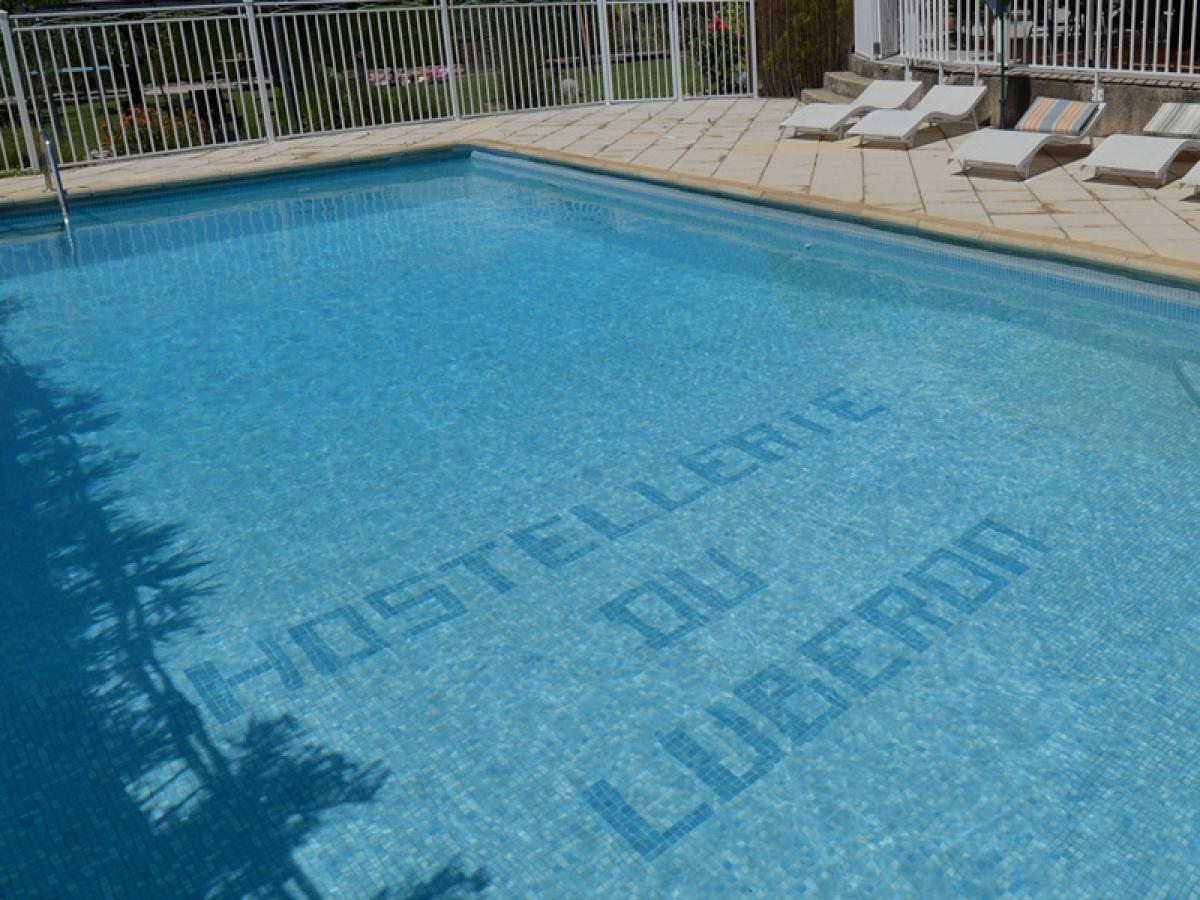 h tel avec piscine l hostellerie du luberon dans le luberon. Black Bedroom Furniture Sets. Home Design Ideas