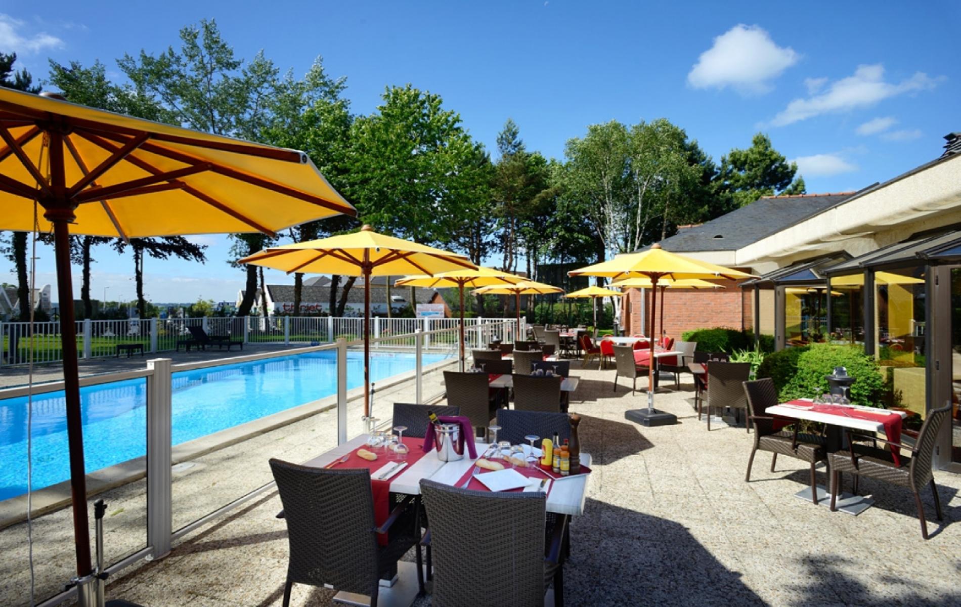 terrasse de la piscine de l'hotel ouverte pour le déjeuner