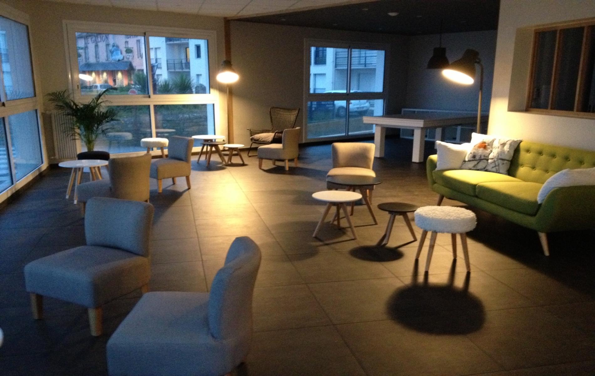 Salon de l'hôtel du Port situé au pied du GR 34 à Lesconil en Bretagne