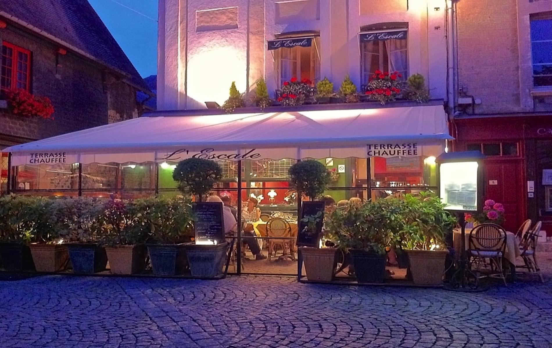 Terrasse sur la place Arthur BOUDIN du restaurant