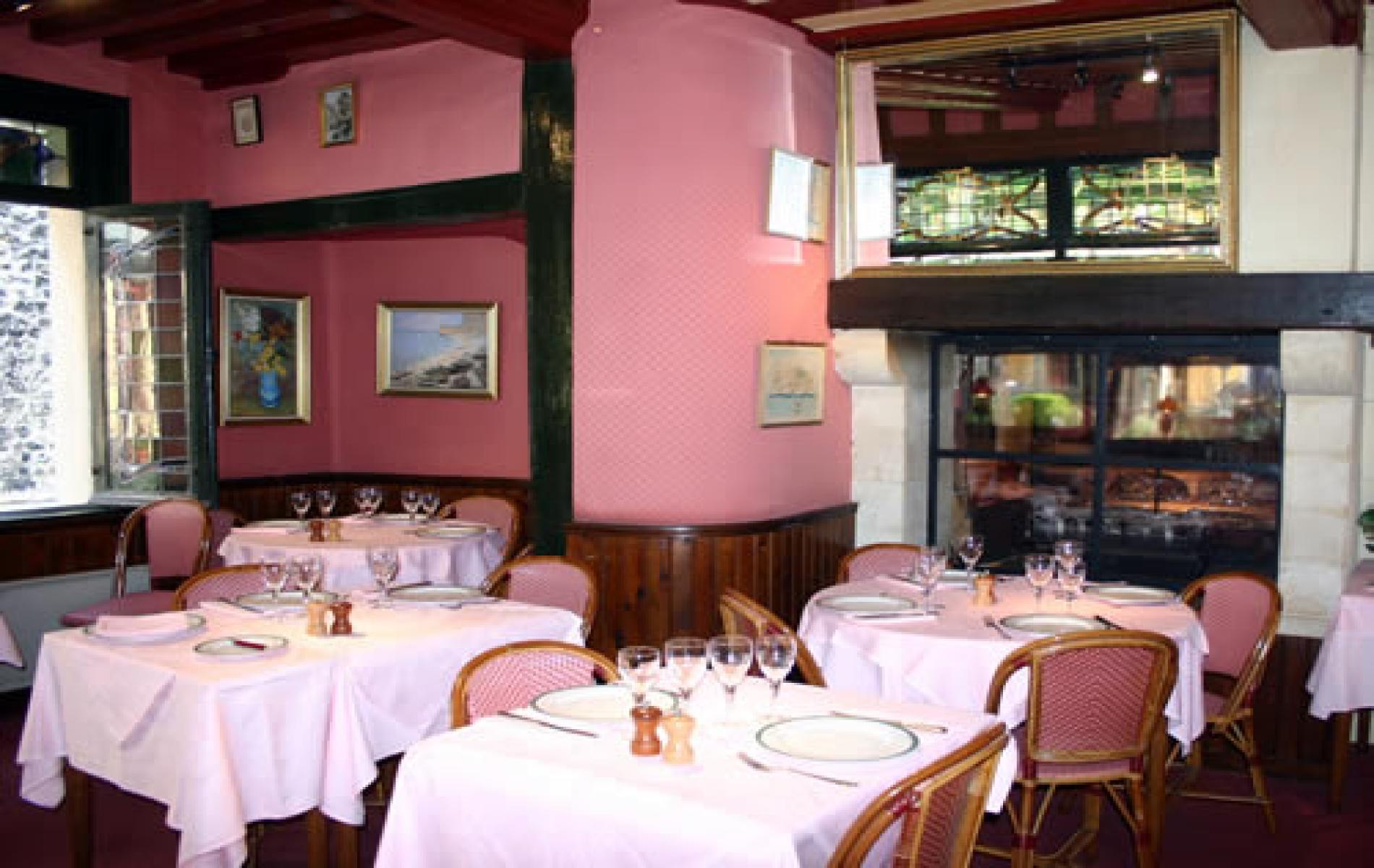 La salle du restaurant, la cheminée