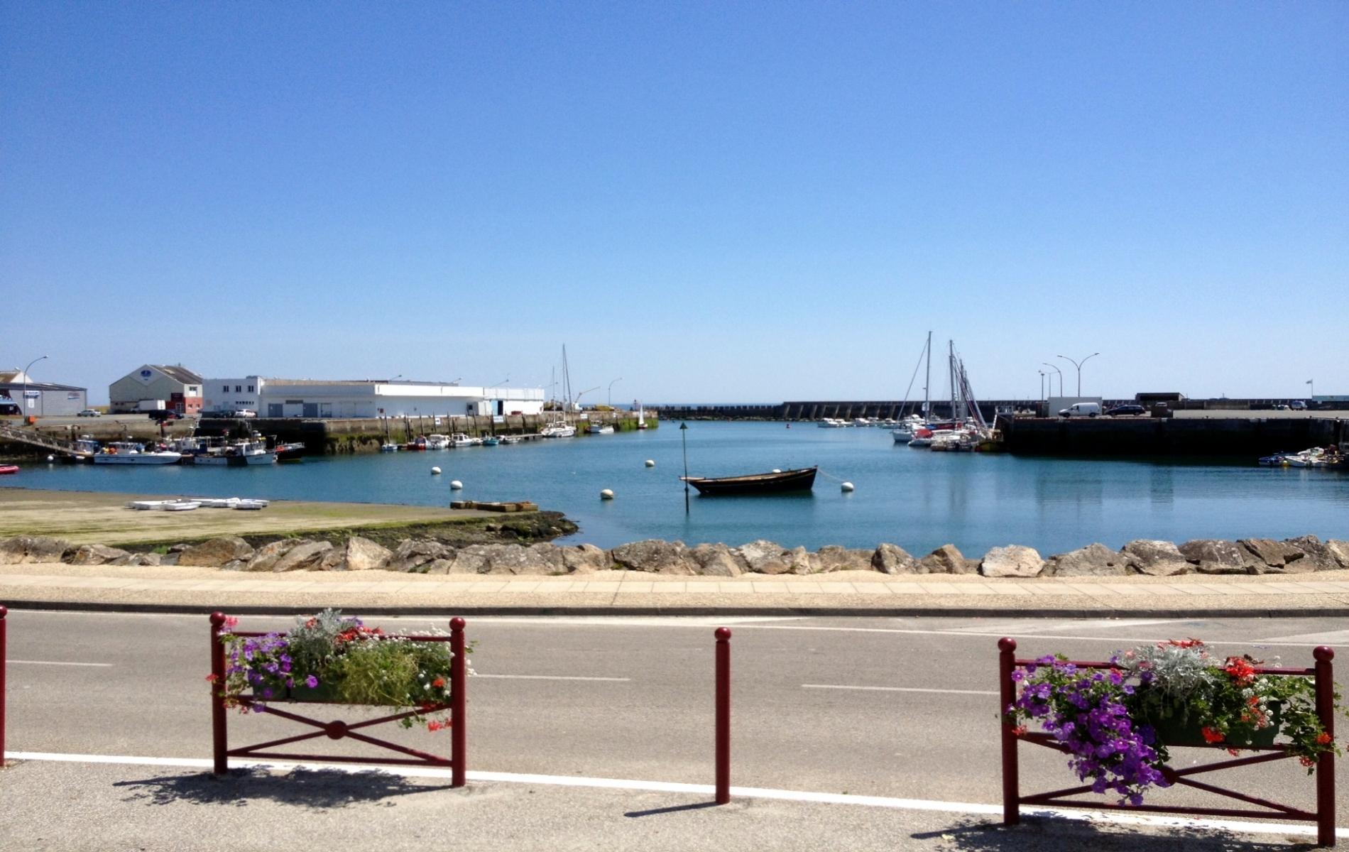 Vue de notre établissement face au port de Lesconil