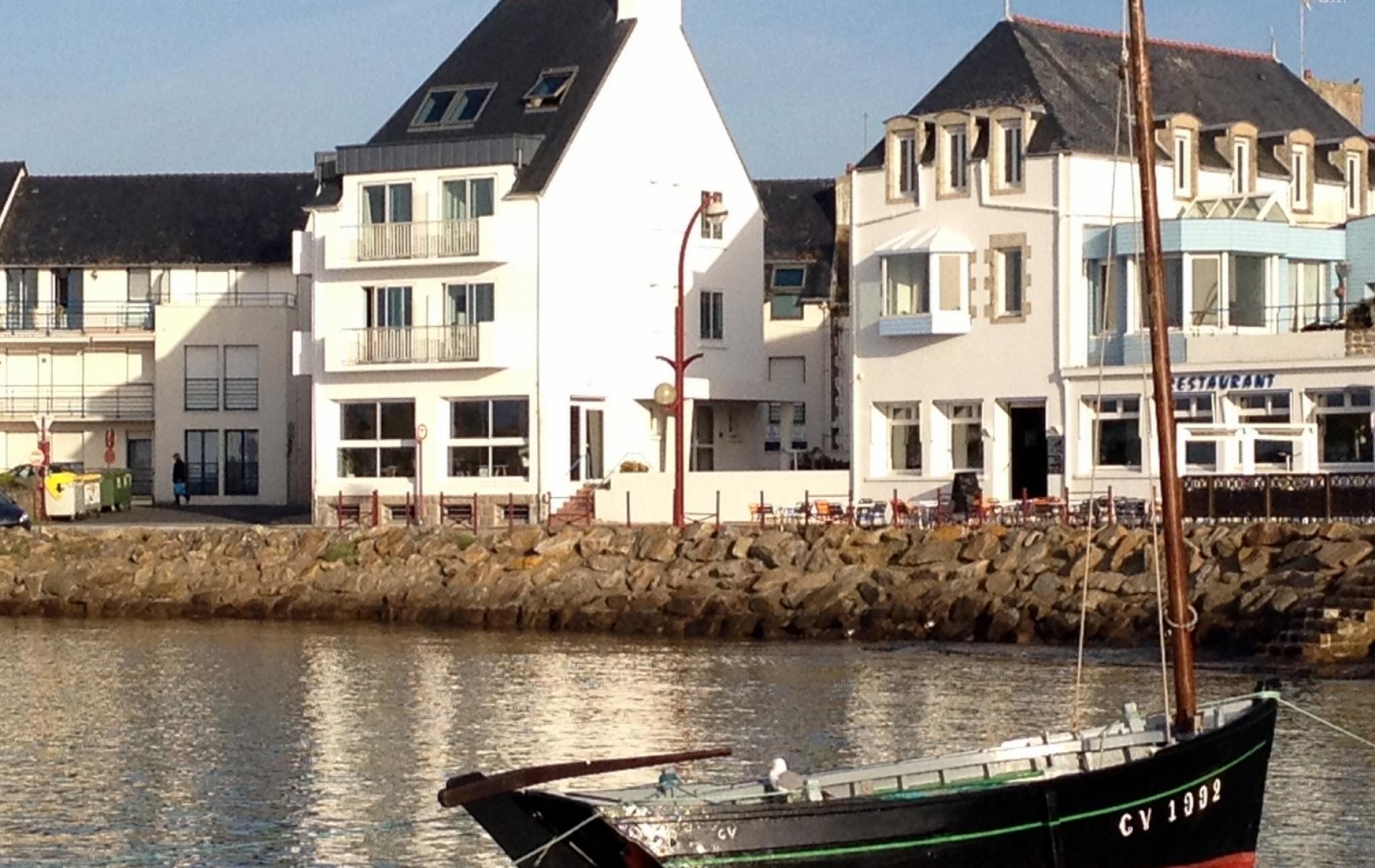 Façade de notre hotel/restaurant vue port