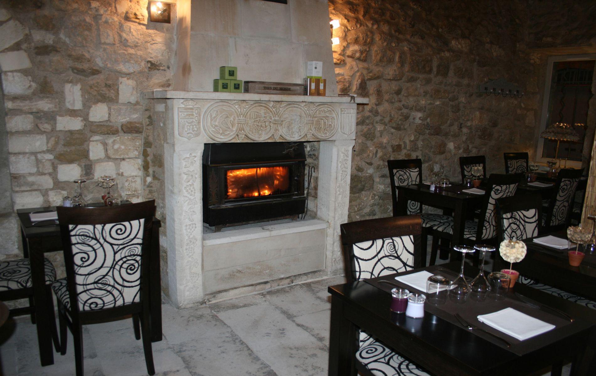 Repas d'hiver près d'un feu de cheminée