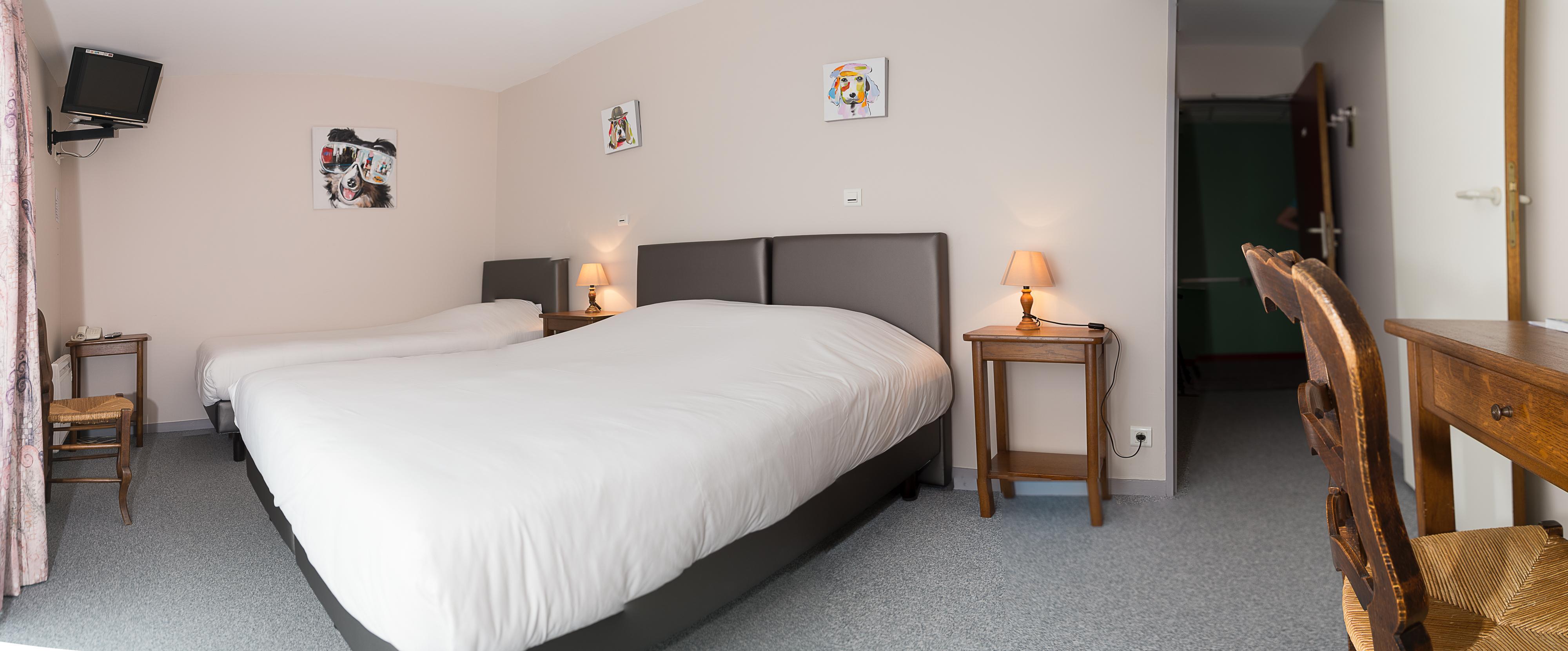 la chambre familiale est équipée d'un lit double pour deux personnes de 160 cm et d'un lit simple pour une personne de 90 cm. nous pouvons y rajouter un deuxième lit simple ainsi qu'un lit pour un bébé (max. 2 ans). le deuxième lit simple est facturé en supplément.