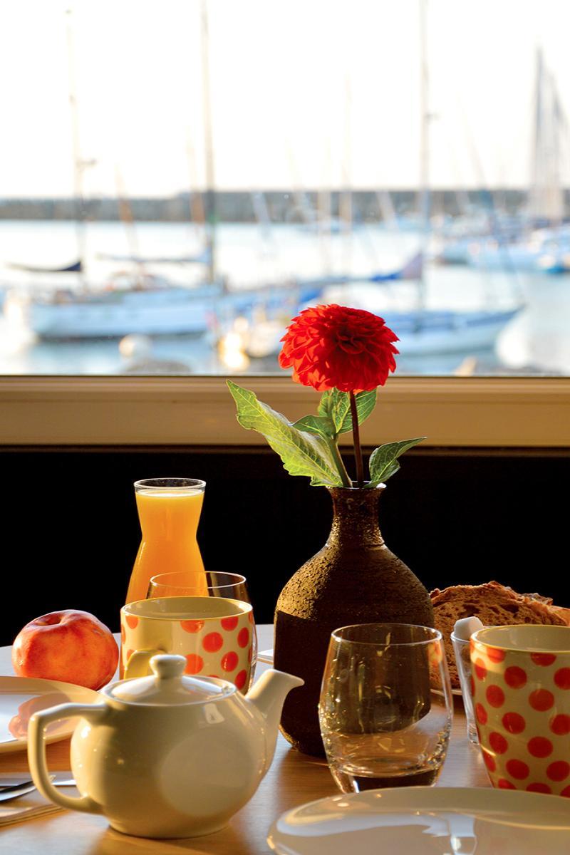 Petit déjeuner avec vue sur mer face au port Lesconil