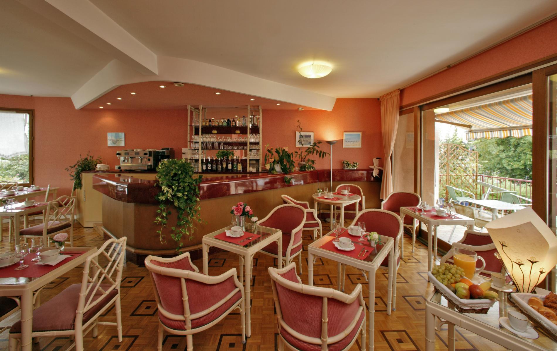 salle petit déjeuner   bar