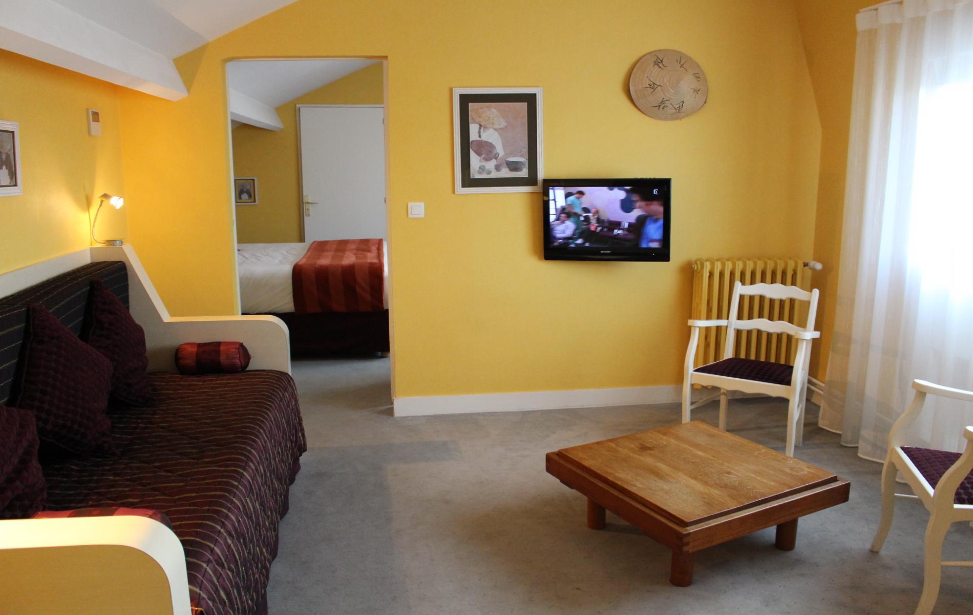 suite chambre famille descriptif tarifs les offres du bagnoles hotel bagnoles de l orne. Black Bedroom Furniture Sets. Home Design Ideas