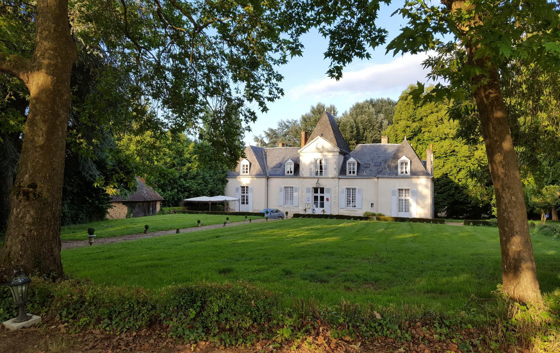 Au bout d'une allée d'arbres centenaires, le château de Chatenay