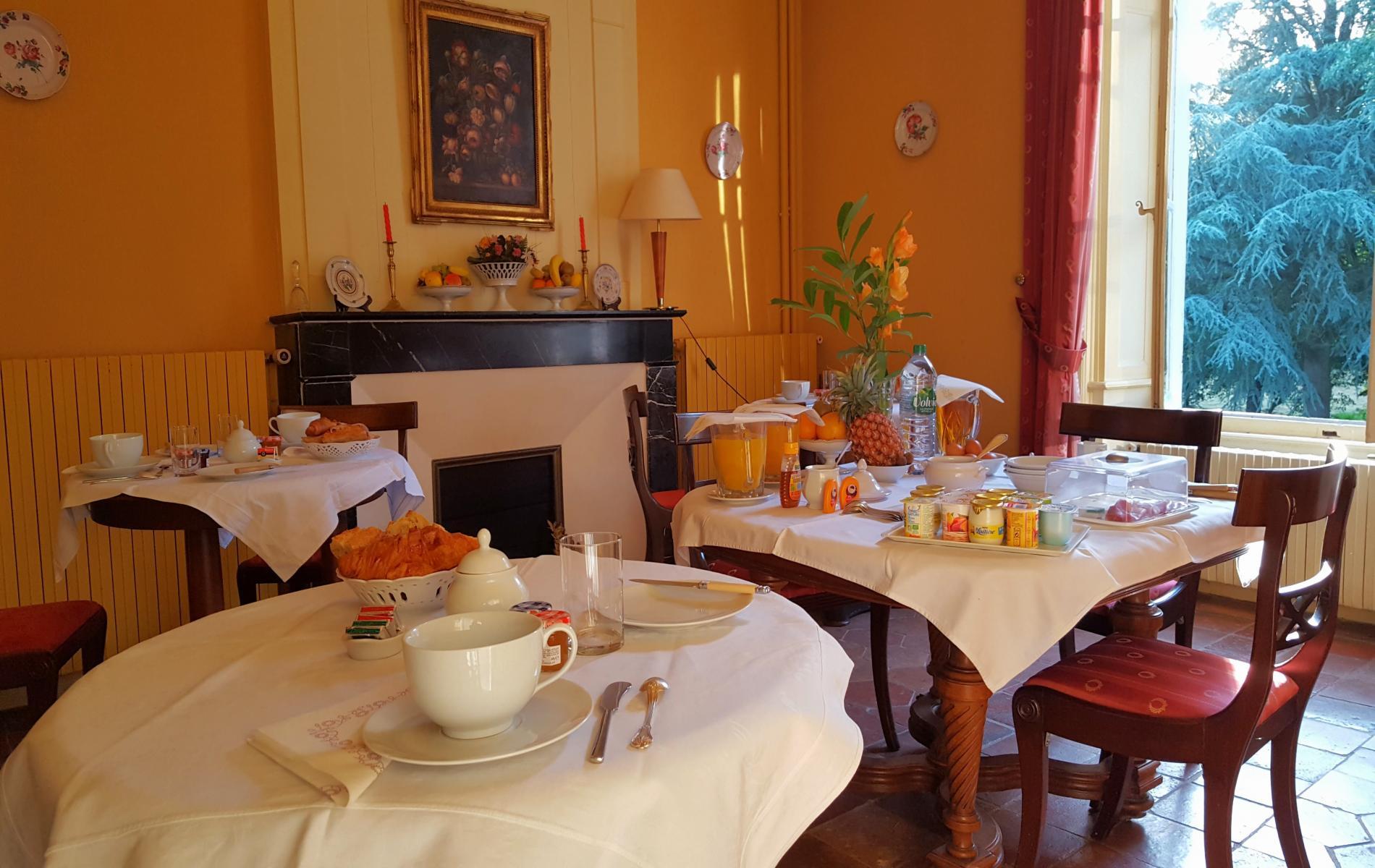 Les petits-déjeuners, servis dans la salle Empire, ou au coin du feu