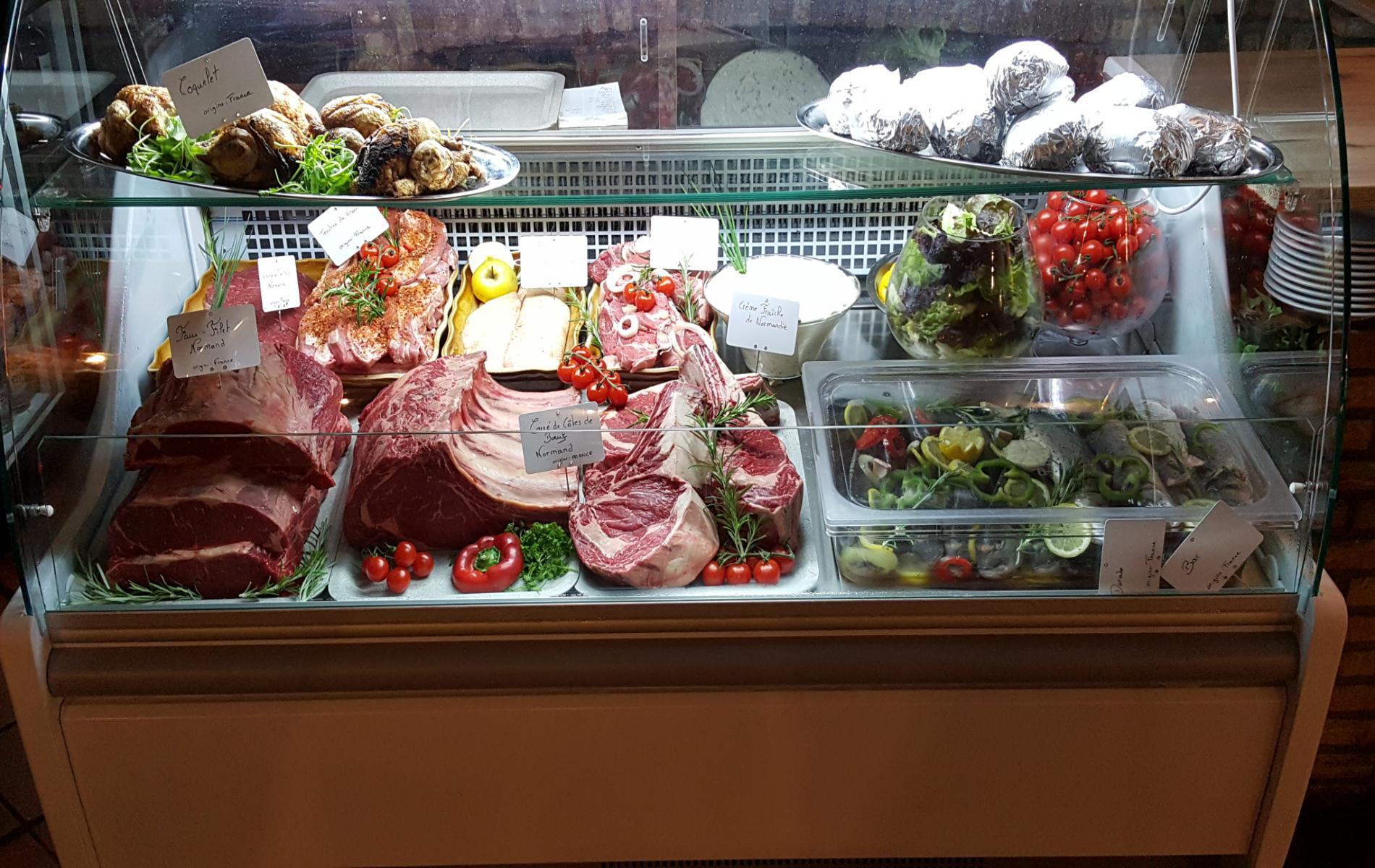 présentation de la viande dans la salle de restaurant