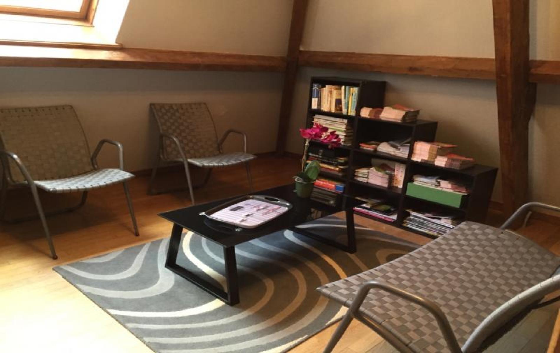 salon bibliothèque avec brochures touritiques