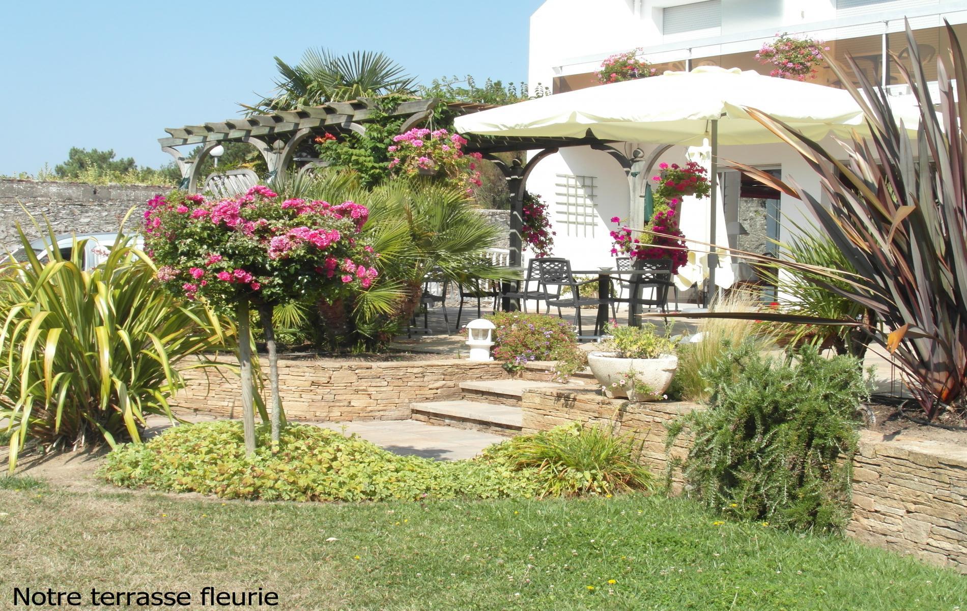 Terrasse de l'hôtel pour profiter du jardin