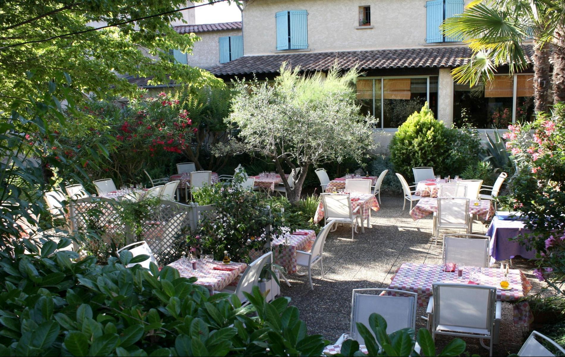 Restaurant aux pieds du mont ventoux for Restaurant le jardin domont