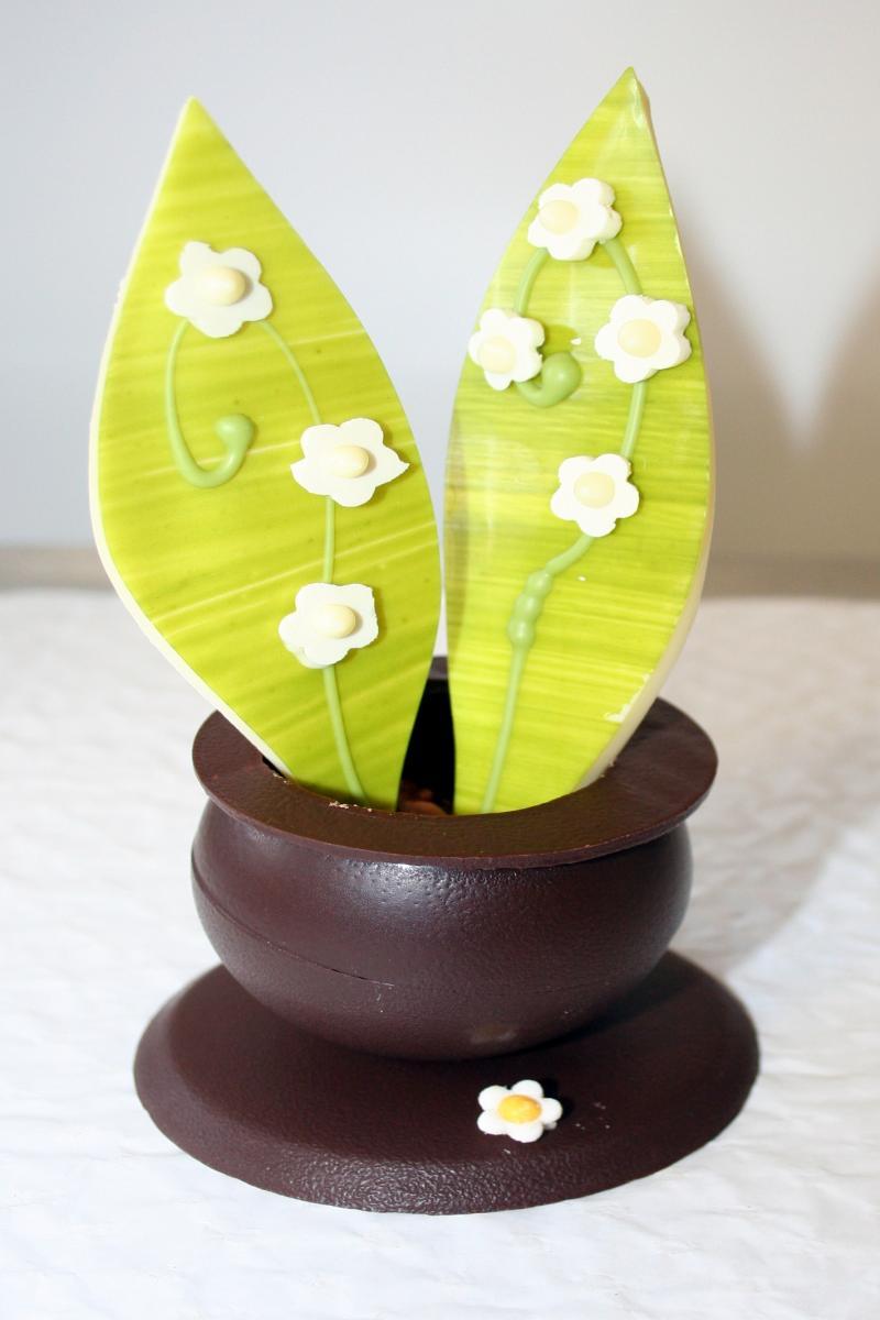 Petit pot de Muguets en Chocolat fourré au praliné feuilletine et caramel beurre salé.  A retrouver dans notre boutique
