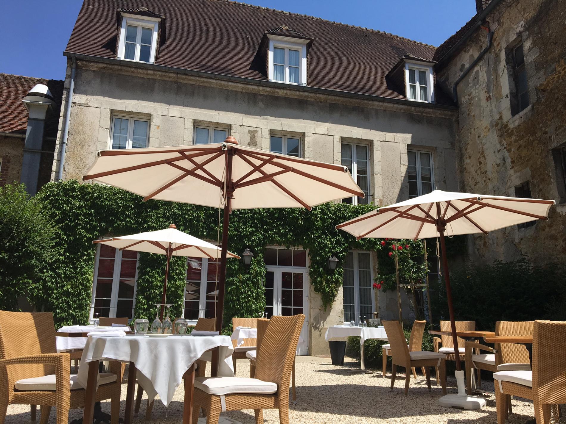 Le patio, un havre de tranquillité le temps d'un repas ou pour prendre un verre