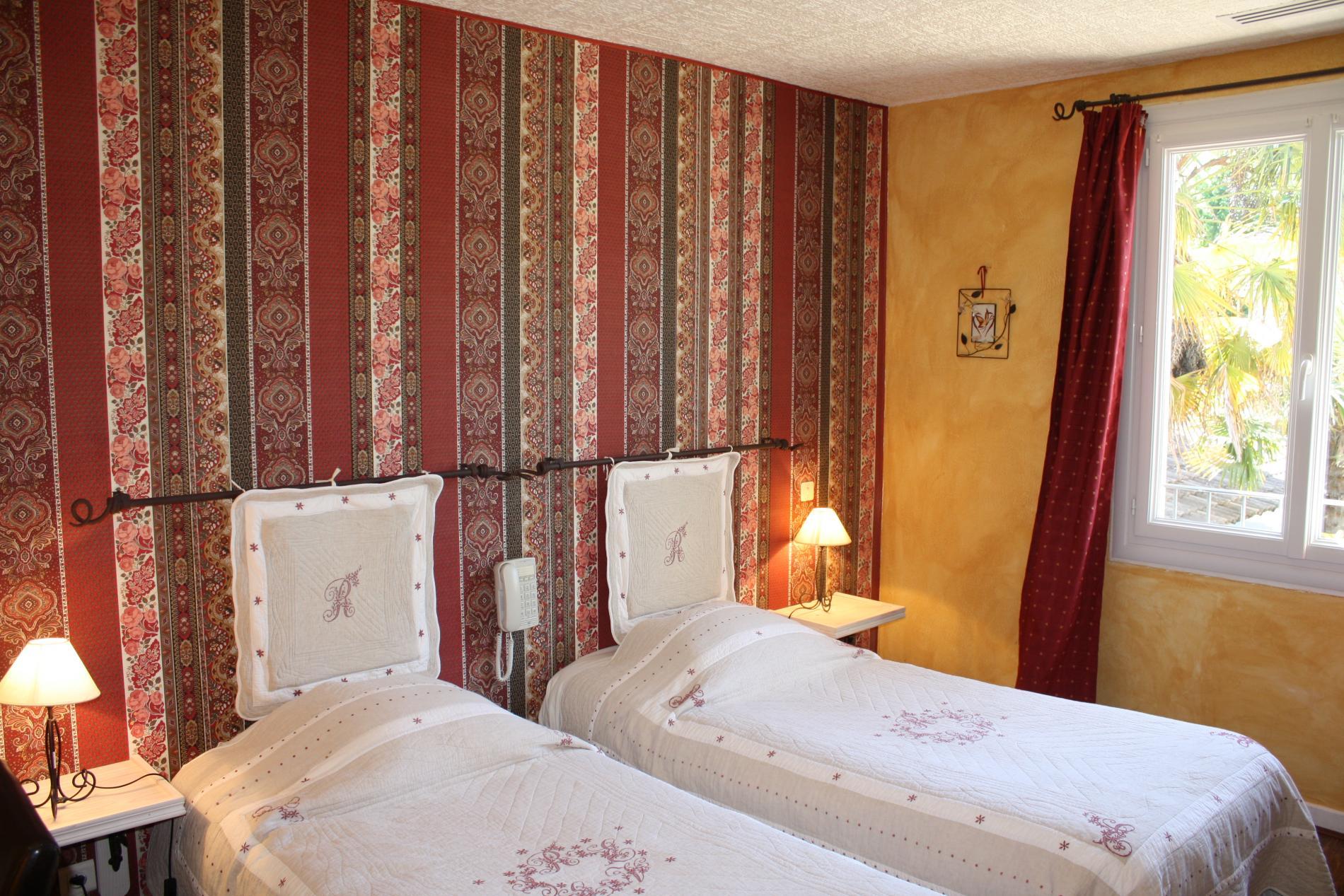 Chambre Provençale standard deux lits avec vue sur le village