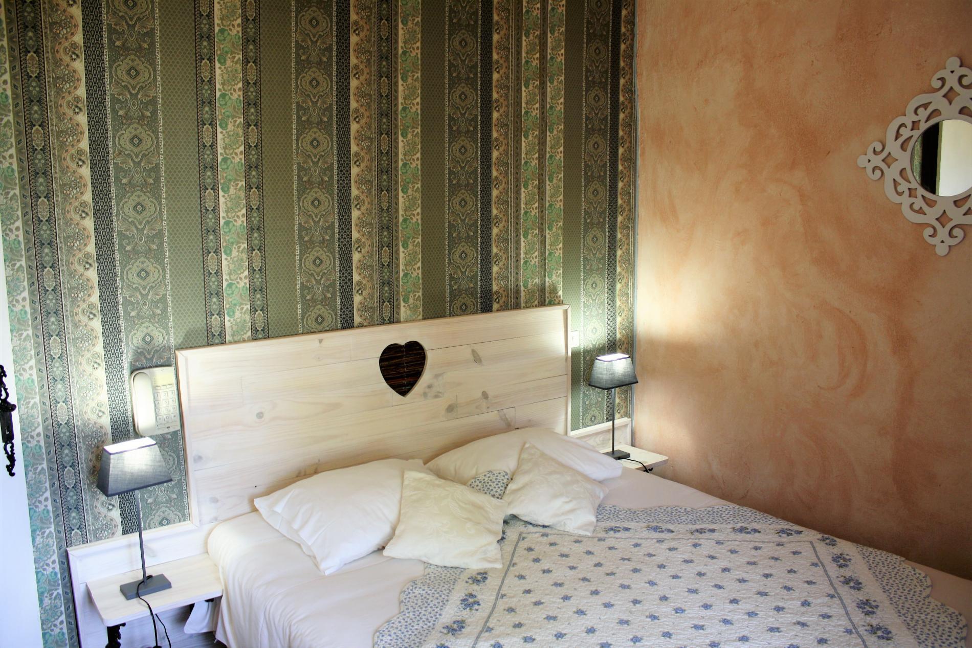 Chambre Provençale standard grand lit avec vue sur le village