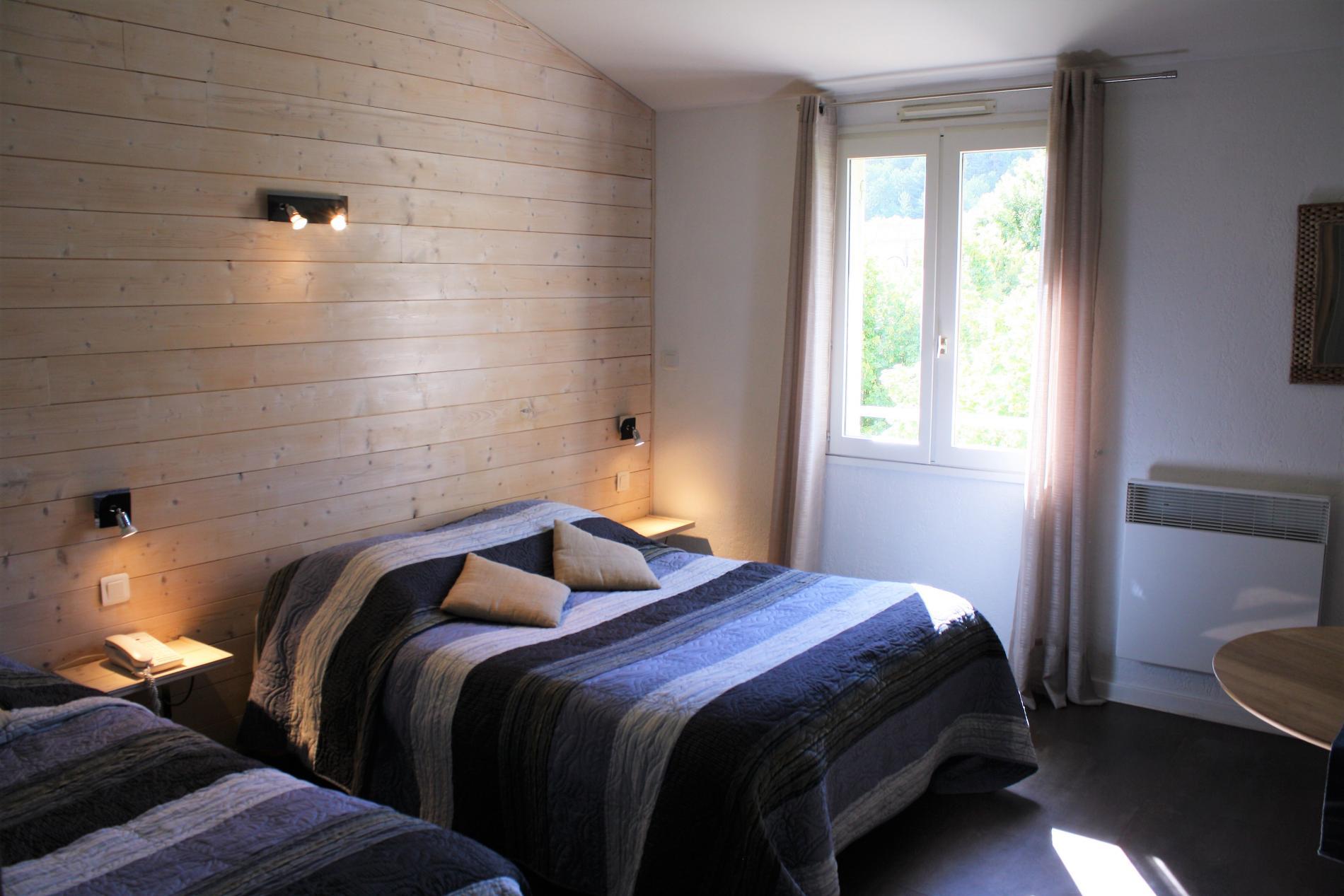 Chambre Contemporaine Confort grand lit et un lit simple avec vue village
