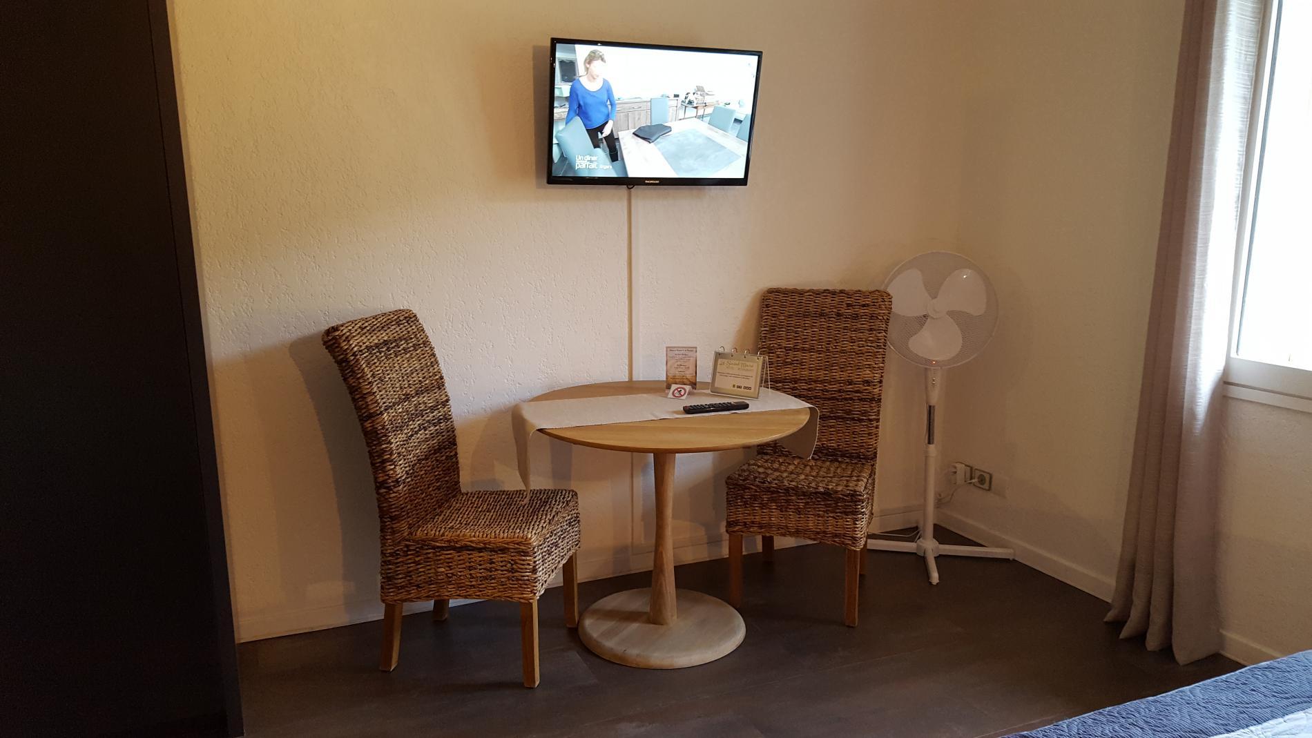 Coin télévision et table Chambre Contemporaine Confort