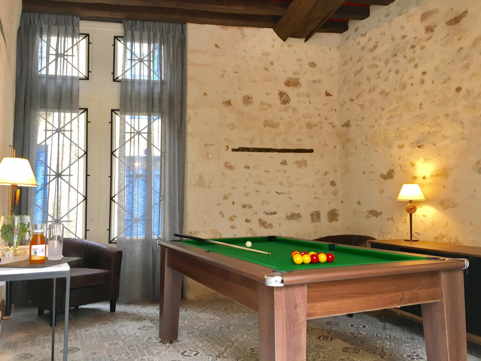 Relax around the billiards !