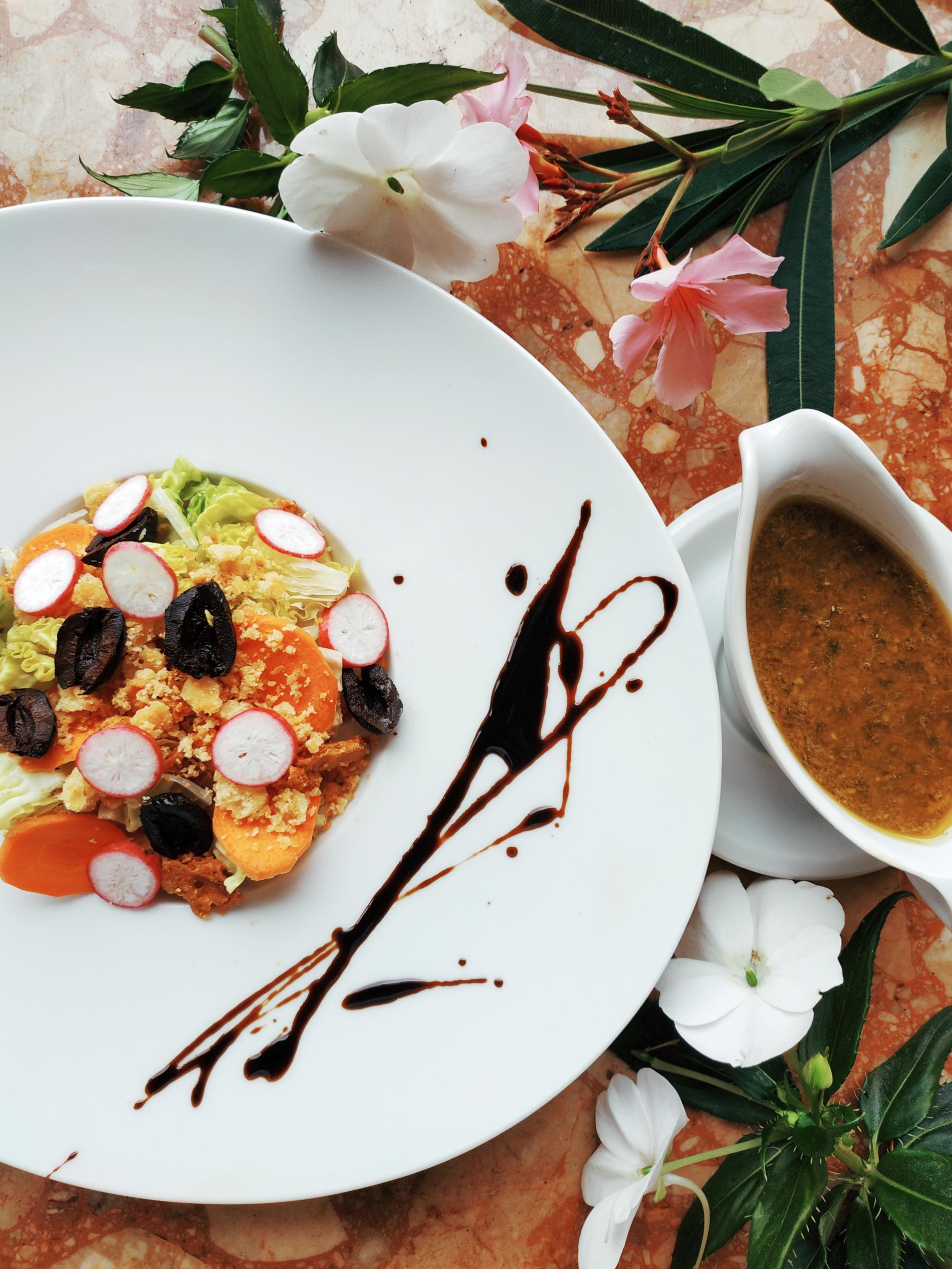 Salade fraîcheur aux légumes, crumble au parmesan et pistou