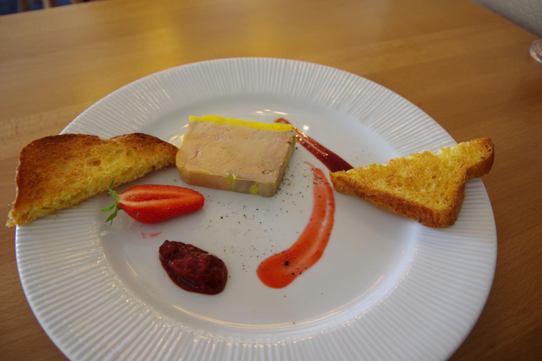 Terrine de foie gras de canard mi-cuit au poirissimo et sa compotée de fraise