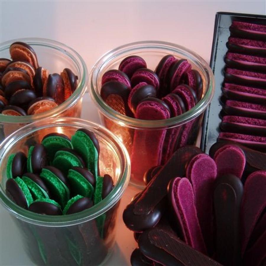 Après la patience au chocolat et la grande patience au chocolat, laissez vous séduire par la longue patience au chocolat! De forme plus allongée et toujours campée sur son pied baigné de chocolat, elle sera idéale pour vos dégustations gourmandes à l'heure du thé ou encore pour décorer vos desserts.