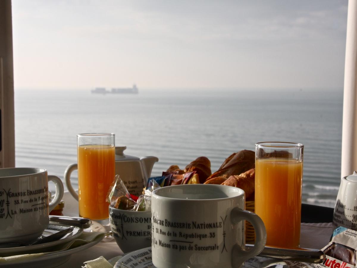 Petit déjeuner vue sur Mer