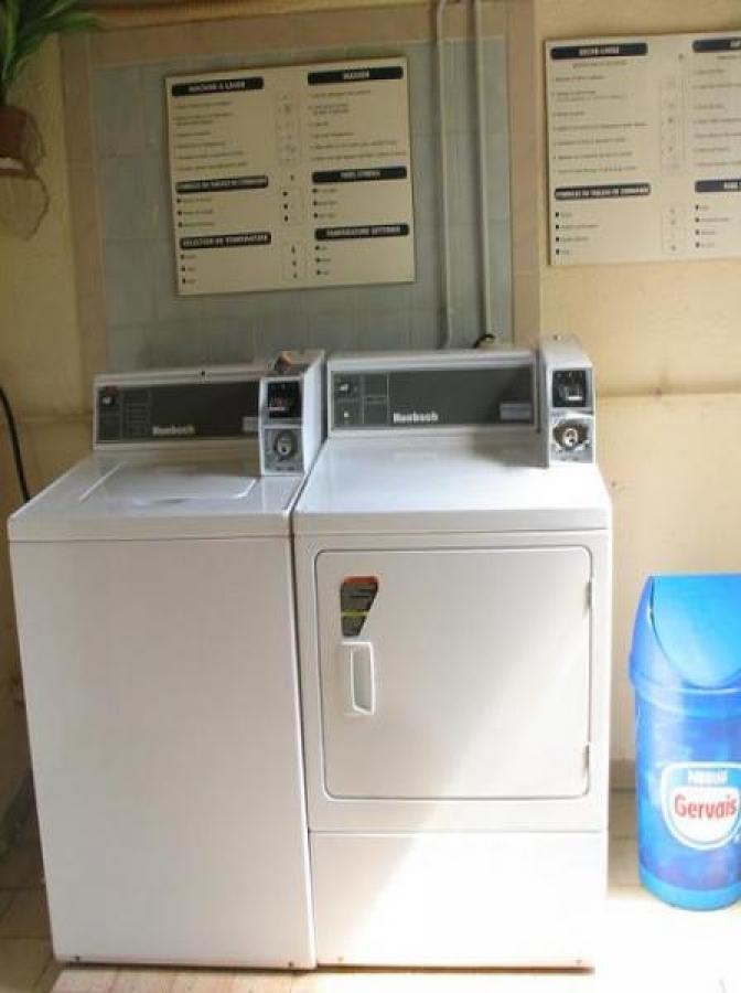 vous disposerez d'une laverie avec machine à laver et seche linge
