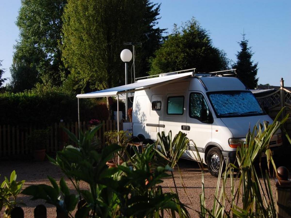 Nous vous proposons de nombreuses parcelles pour camping cars ( eau - elect )