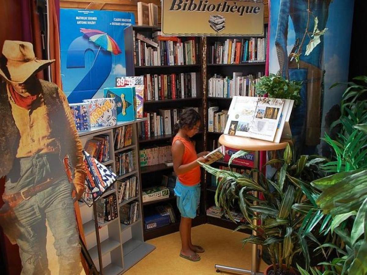 A l'interieur du bar vous trouverez une bibliothéque pour tous les ages