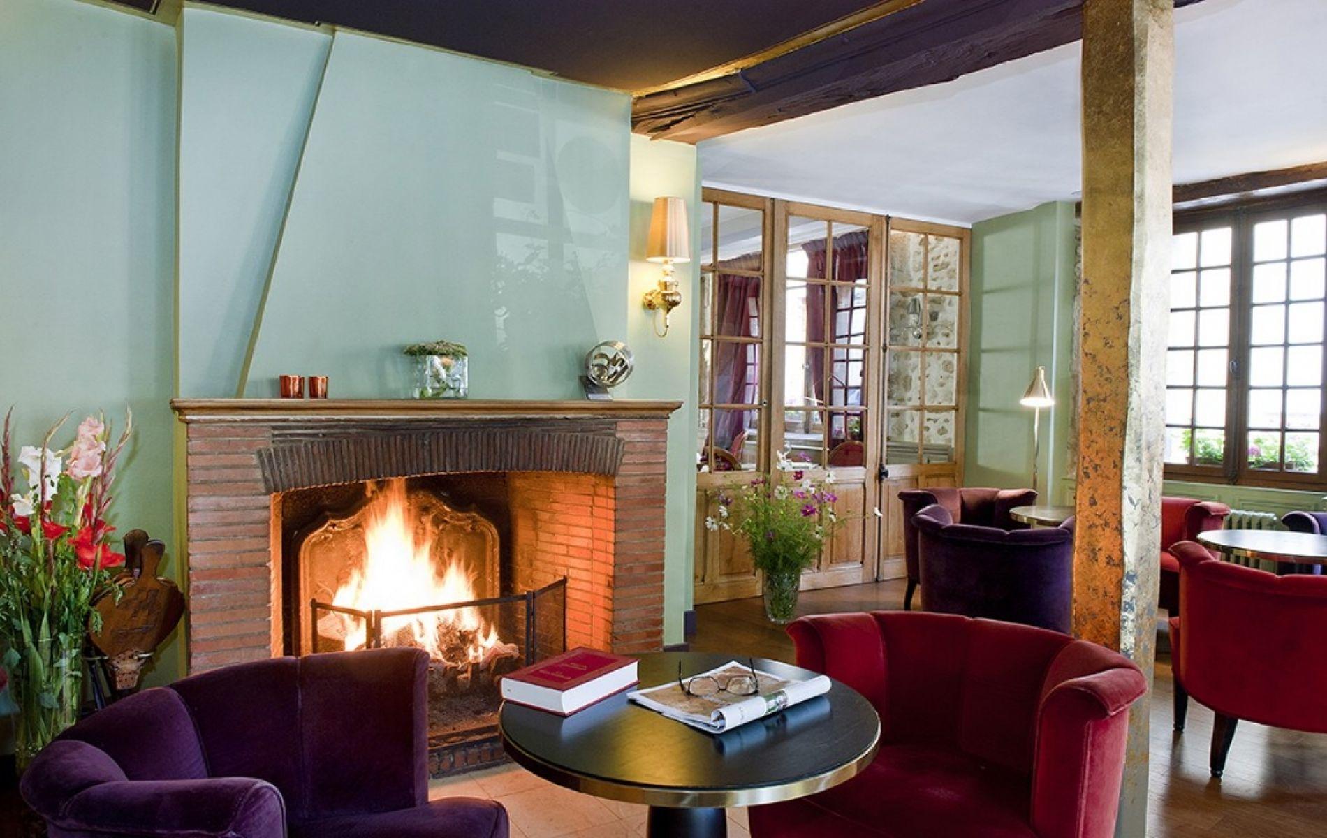 Le salon, au coin du feu en hiver