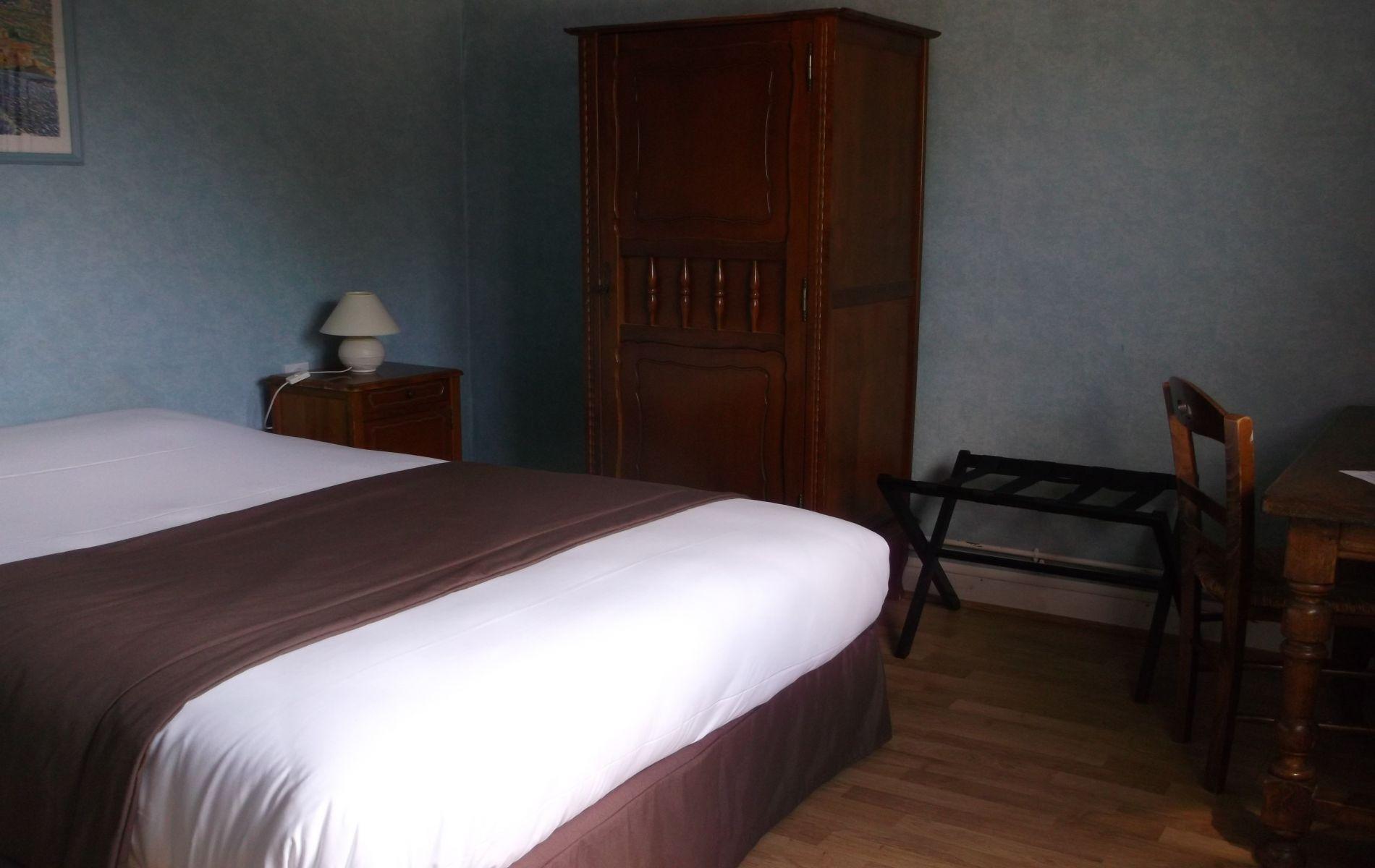 chambre double de l'hôtel saint martin pont l'évêque