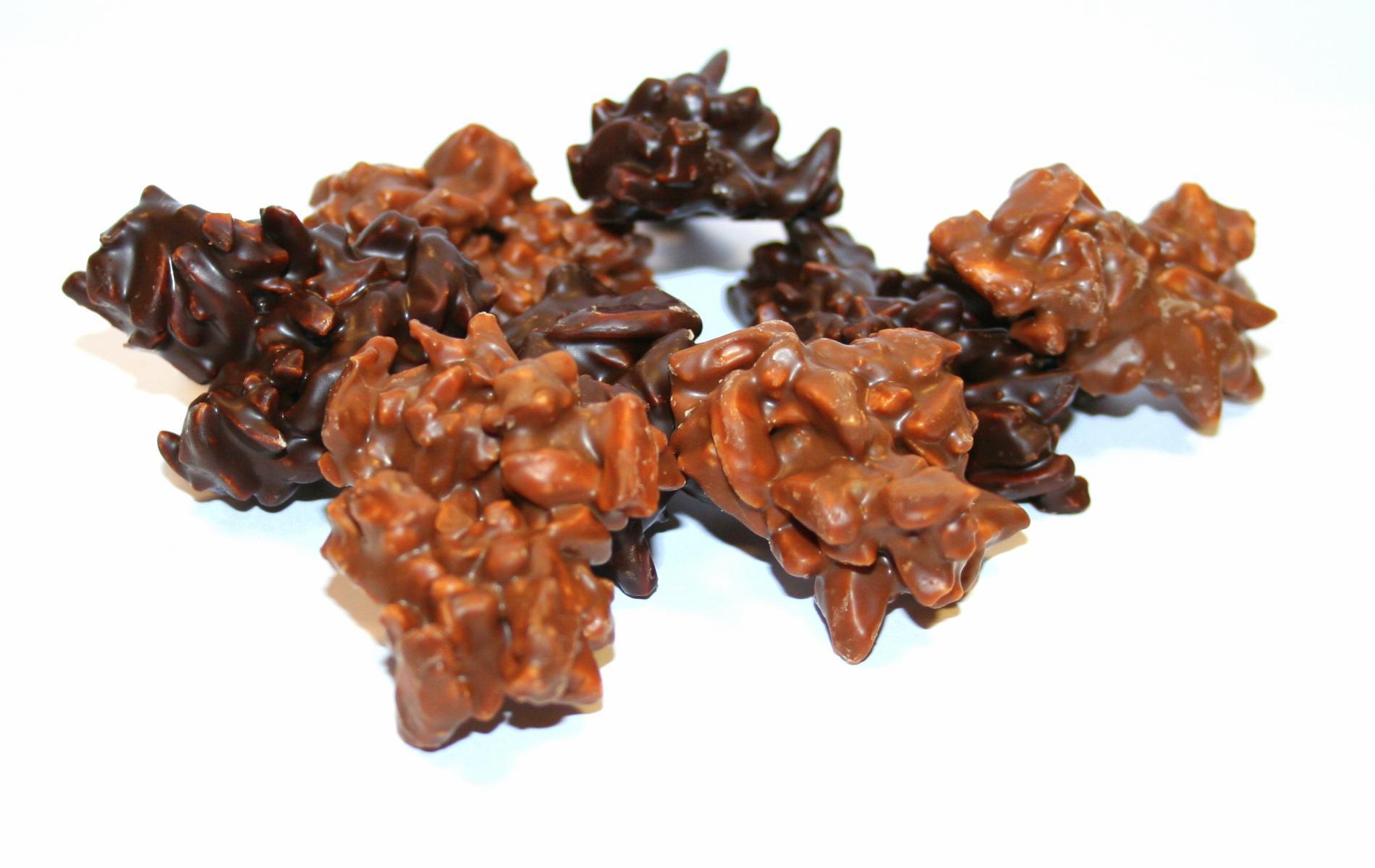 Enrobées de chocolat noir ou de chocolat au lait, ces amandes aiguilles torréfiées sauront séduire vos papilles.