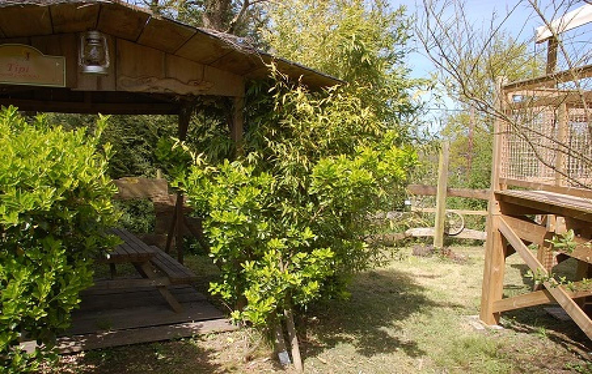 Un patio en bois sur la parcelle.