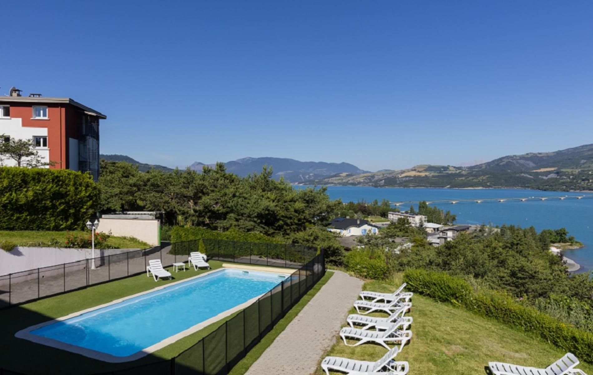 Hotel avec piscine sur le lac de serre pon on - Camping lac serre poncon piscine ...