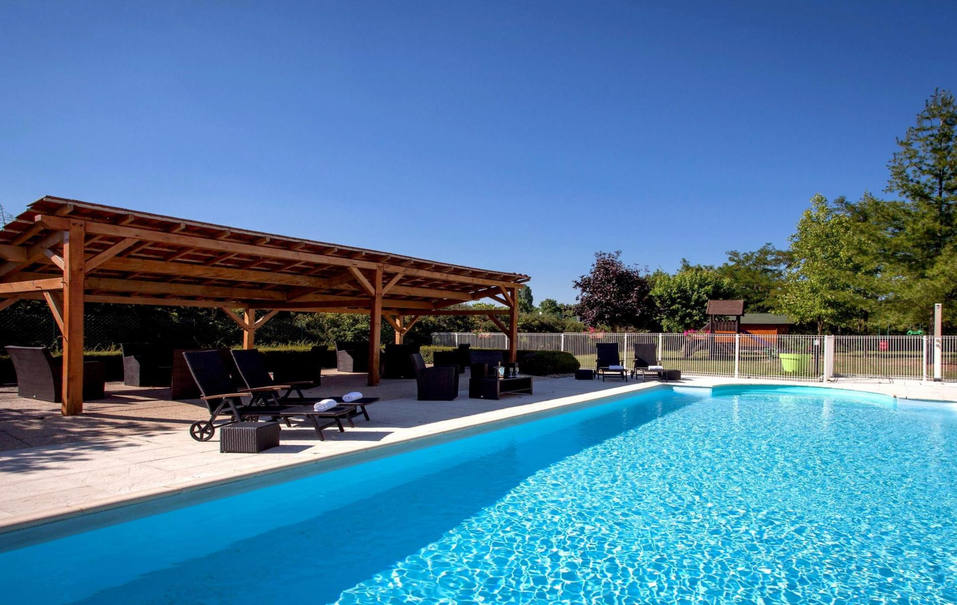 Hotel with swimming pool in beaune hotel carline for Hotels beaune