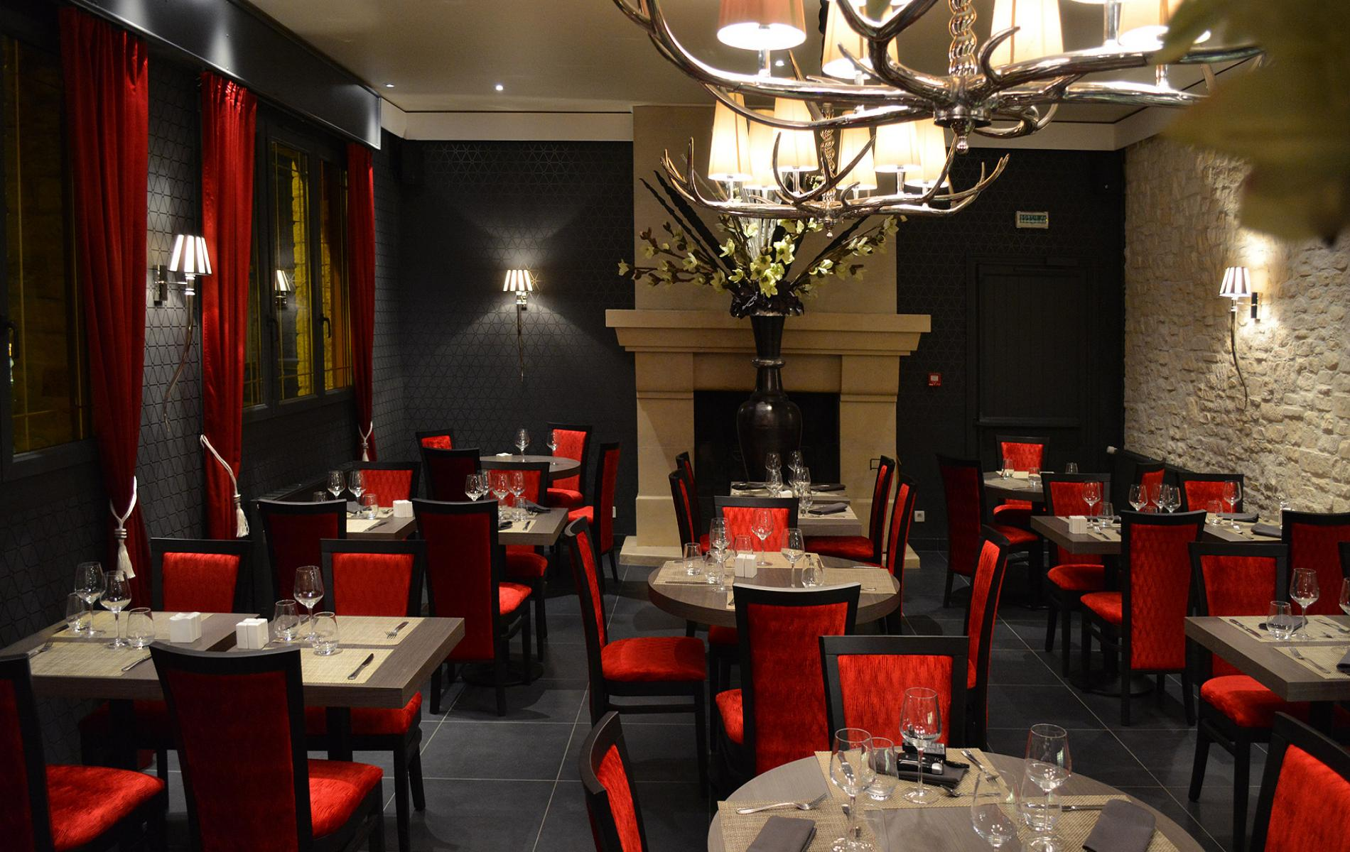 Salle de restaurant - Hôtel De La Place à Aunay Sur Odon