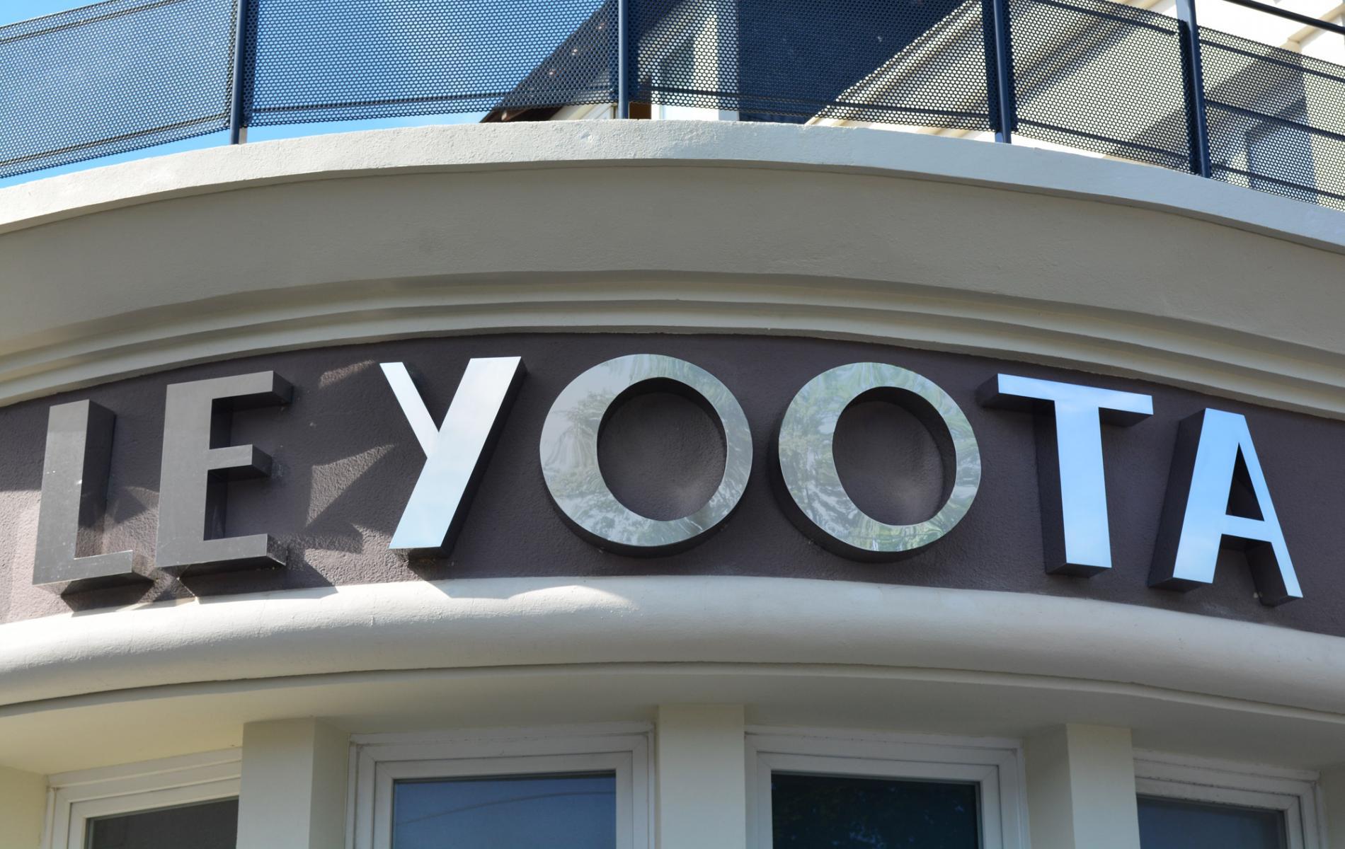 Enseigne extérieure en lettres boîtiers inox poli miroir - Le Yoota à Caen