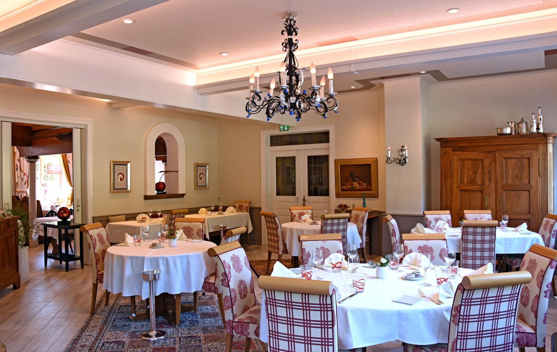 Salle de restaurant avec vue sur le village de Niedersteinbach
